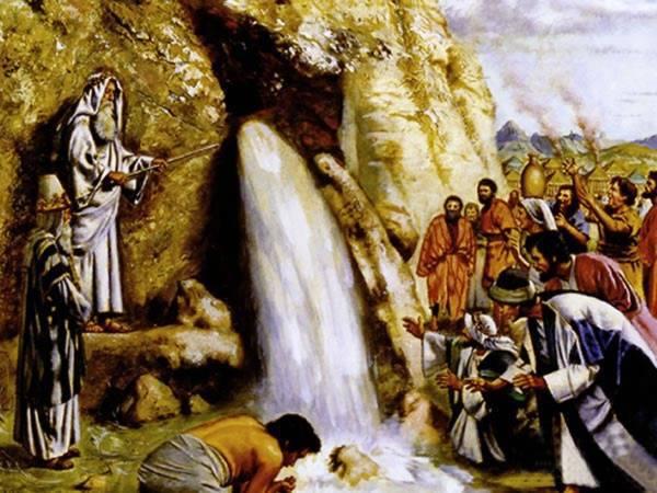 Moisés golpea la roca y mana agua